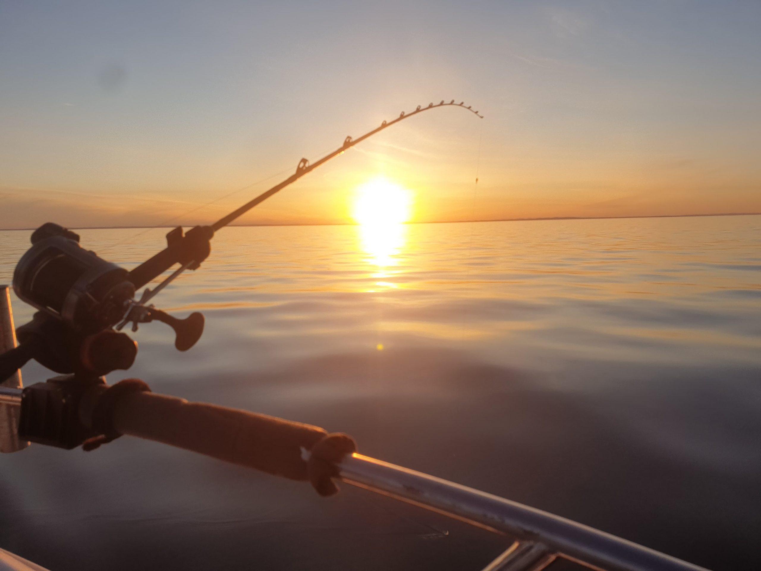 Stemingsbilde, flatt hav, fiskestang og solnedgang. Kan livet bli bedre?