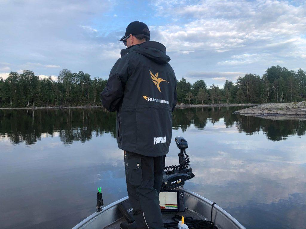 Carl fisker fra baugen på vikingen til Jarle